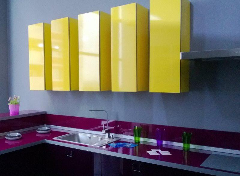 Подвесные шкафчики желтого цвета на кухне с фиолетовой столешницей