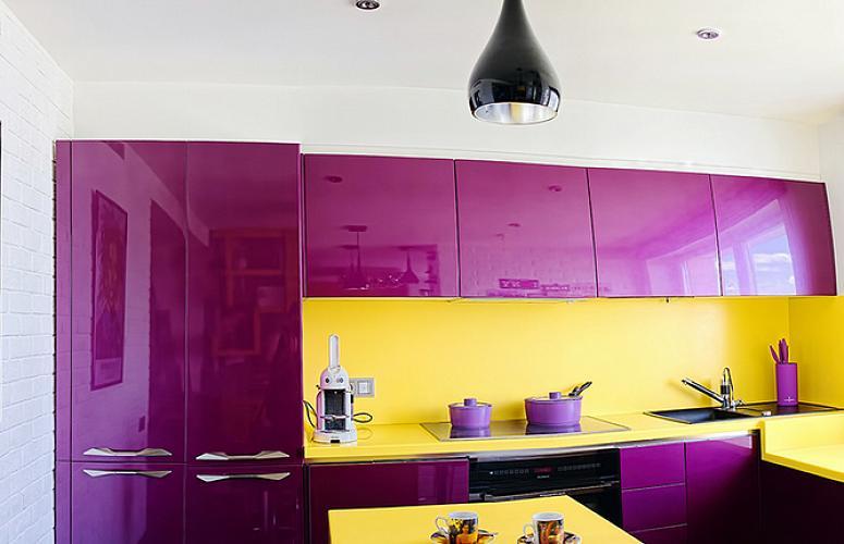 Желтый фартук в интерьере кухни с фиолетовой мебелью