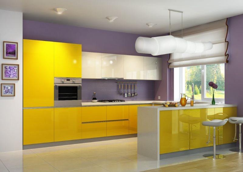 Желтый гарнитур на фоне сиреневых стен с обоями под покраску
