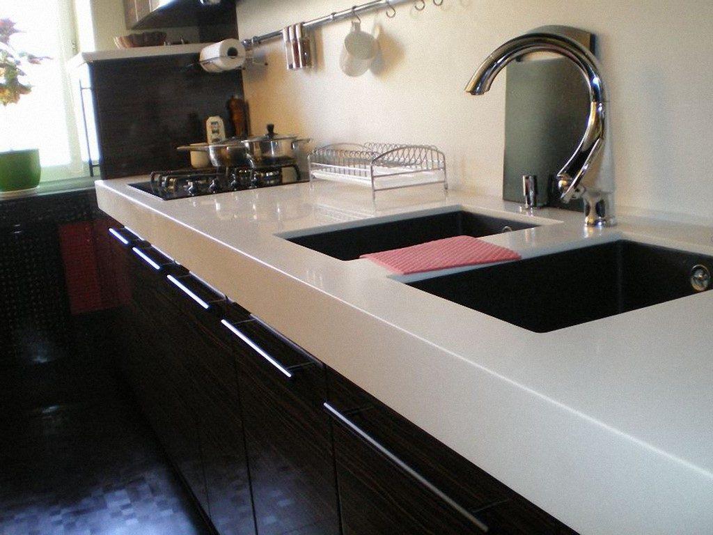 Кухонная мойка в акриловой столешнице