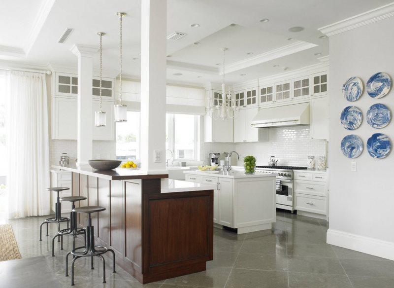 Коричневый кухонный остров в белой классической кухне