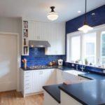 Белая кухня с синей кирпичной рабочей зоной и синей столешницей