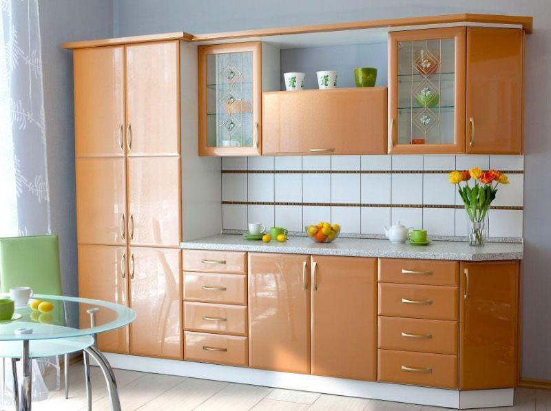 Декорирование линейной кухни в персиковом цвете