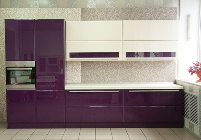 Линейный гарнитур цвета баклажан с белыми подвесными шкафами