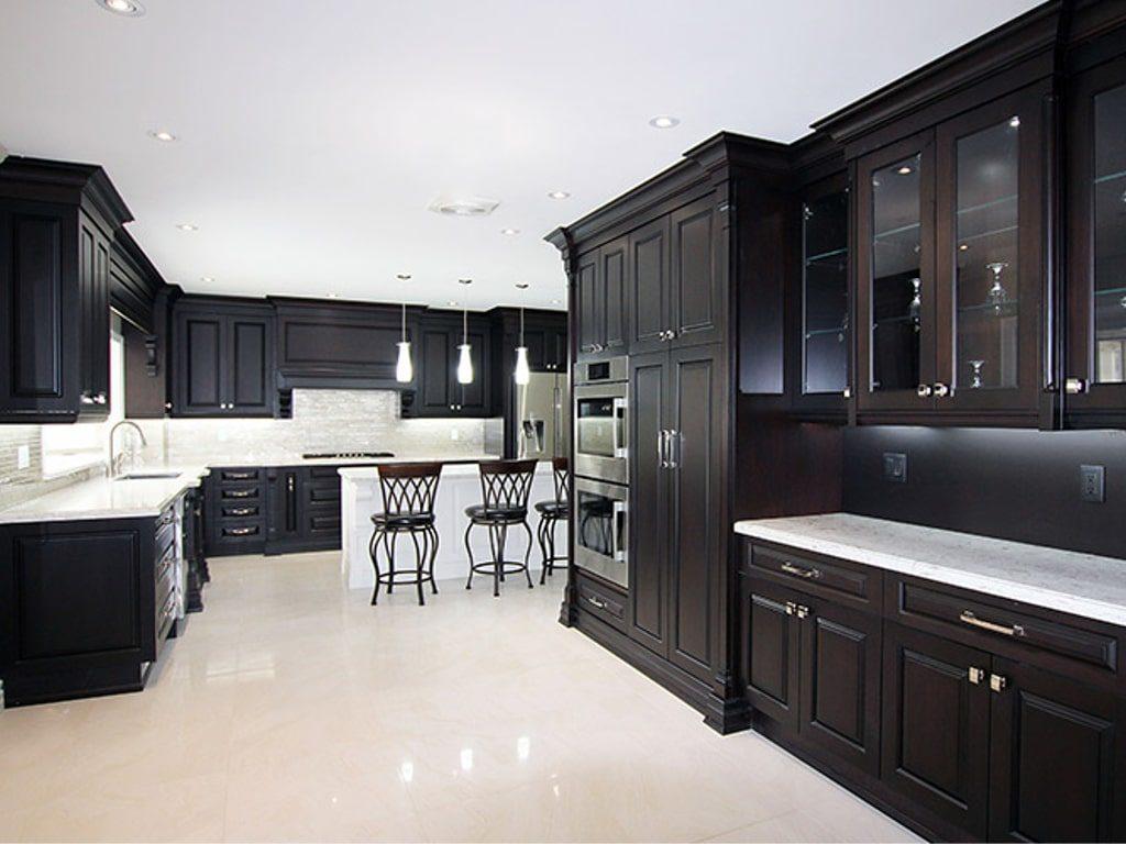 Черный классический гарнитур высотой до потолка