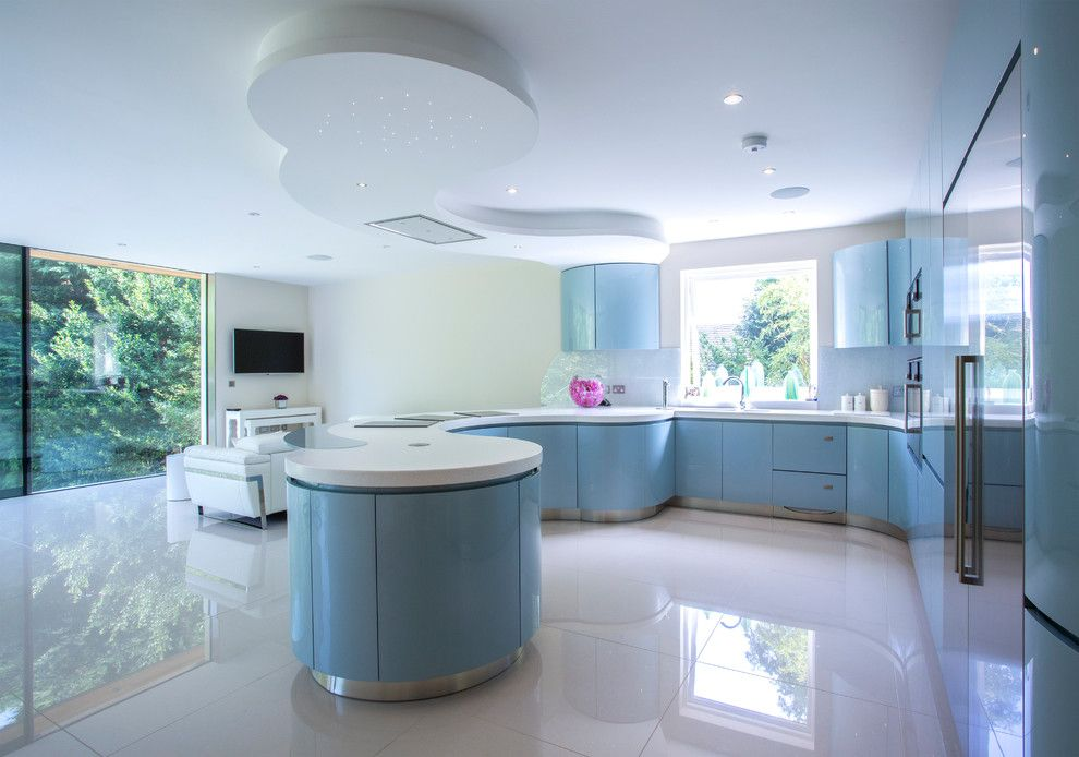 Глянцевый пол на кухне с голубым гарнитуром