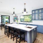 Бело-голубой интерьер просторной кухни