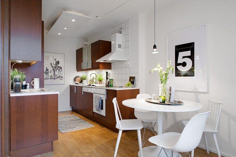 Коричневая мебель в интерьере белой кухни