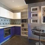 Бело-синяя кухня и серые стены смотрятся необычно