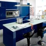 Бело-синяя кухонная мебель и черный стулья