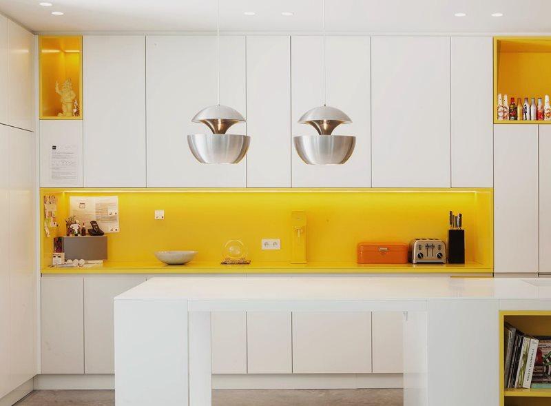 Желтый фартук и глянцевые фасады белого цвета