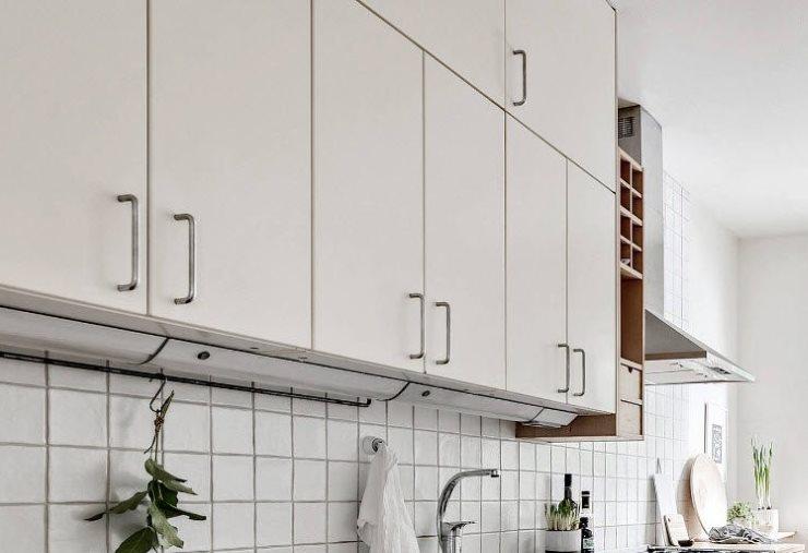 Матовые фасады верхних навесных шкафов кухонного гарнитура