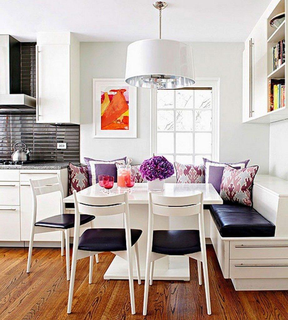 Белые стулья с черными сидениями в комплекте кухонного уголка