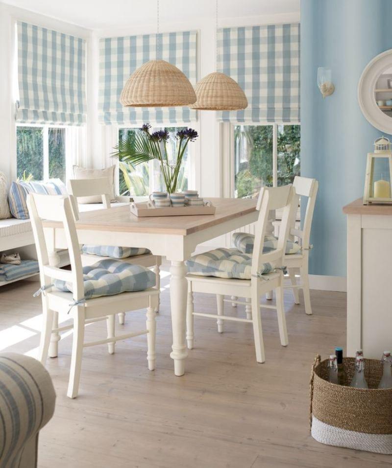 Мягкие подушки на деревянных стульях белого цвета