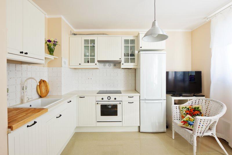 Угловая кухня с двухкамерным холодильником