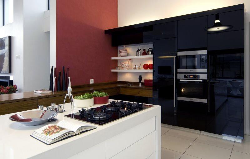 Белый кухонный остров на кухне с черными шкафами