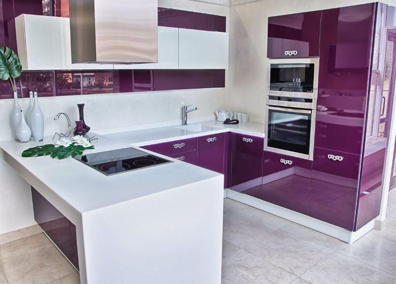 Белый полуостров в кухне с мебелью цвета баклажан