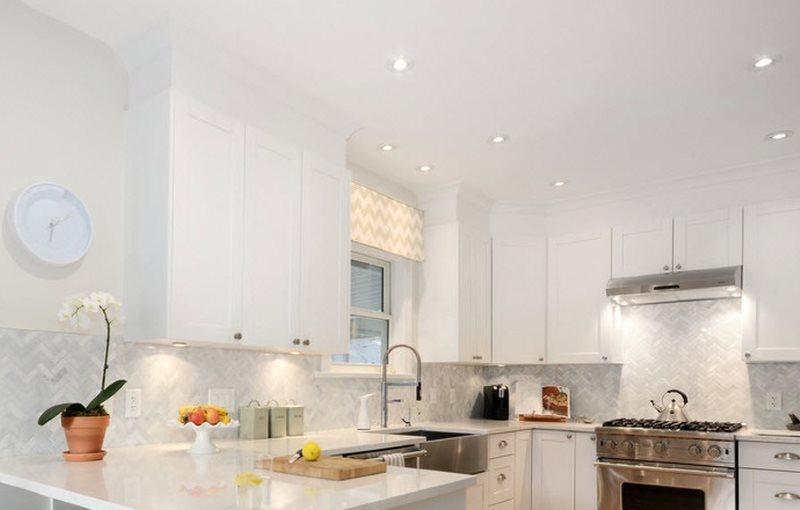 Точечные светильники на белом потолке кухни