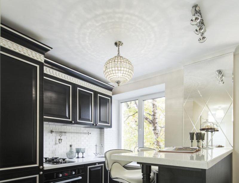 Белый потолок кухни с черной мебелью