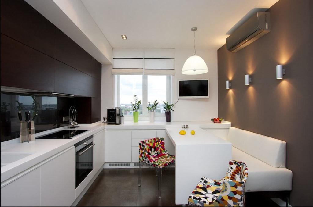 Белый прямой диван в интерьере современной кухни