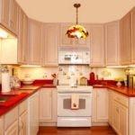 Бежевая кухня с красной столешницей