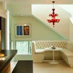 Бежевый угловой диван на кухне
