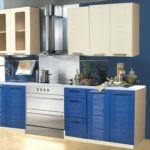 Бежево-голубой гарнитур на синей стене
