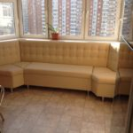 Бежевый кожаный эркерный диван на кухню