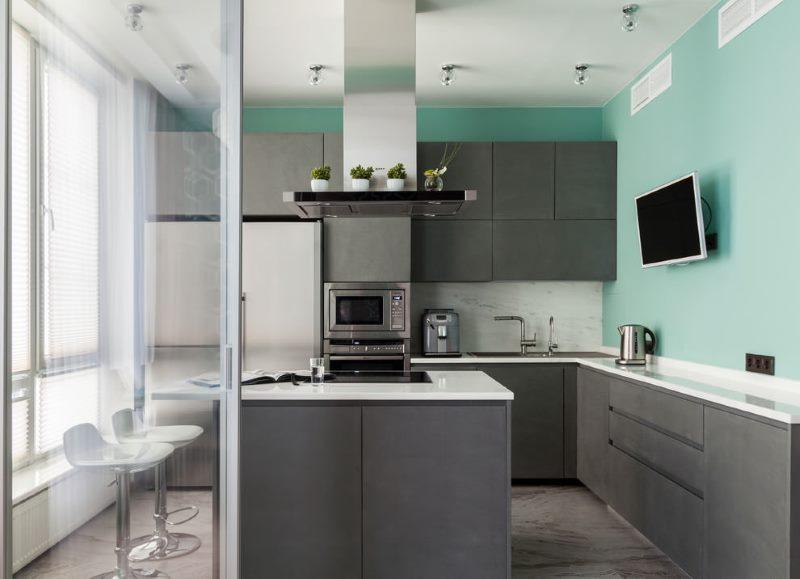 Бирюзовые стены в кухне с серым гарнитуром