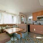 Большой диванчик П-образной формы для просторной кухни