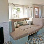 Большой угловой раскладной диван на кухне