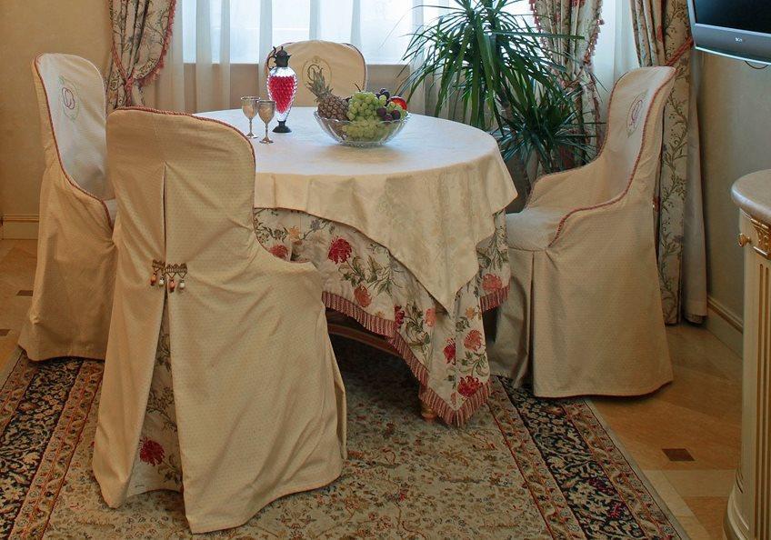 Обеденная зона кухни с чехлами на стульях