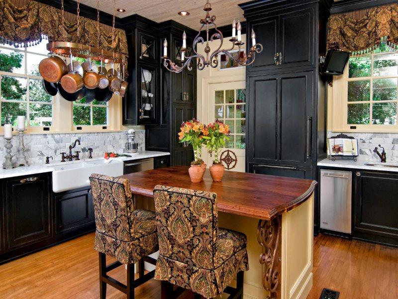 Черные шкафы до потолка на кухне в стиле кантри