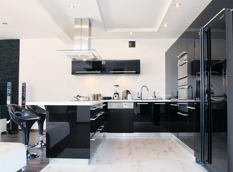 Черная глянцевая мебель в кухне с белой отделкой