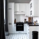 Черные шторы в белой кухне