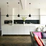 Черный фартук в кухне-гостиной