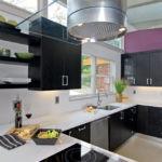 Черные полки с кухонной посудой