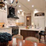 Точечные светильники в потолке кухни