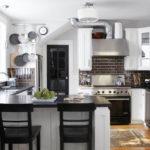 Черно-белая кухня в частном доме