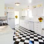 Шахматный пол в интерьере кухни