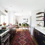 Ковер в интерьере светлой кухни