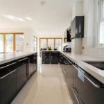 Вытянутая кухня в частном доме