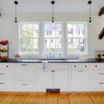 темные балки на потолке кухни