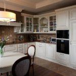 Овальный стол в классической кухне