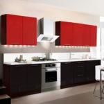 Черно-красный гарнитур на белоснежной кухне