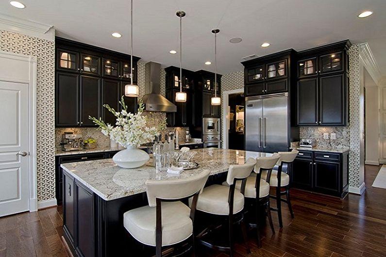 Светлые подушки барных стульев в кухне с черным гарнитуром
