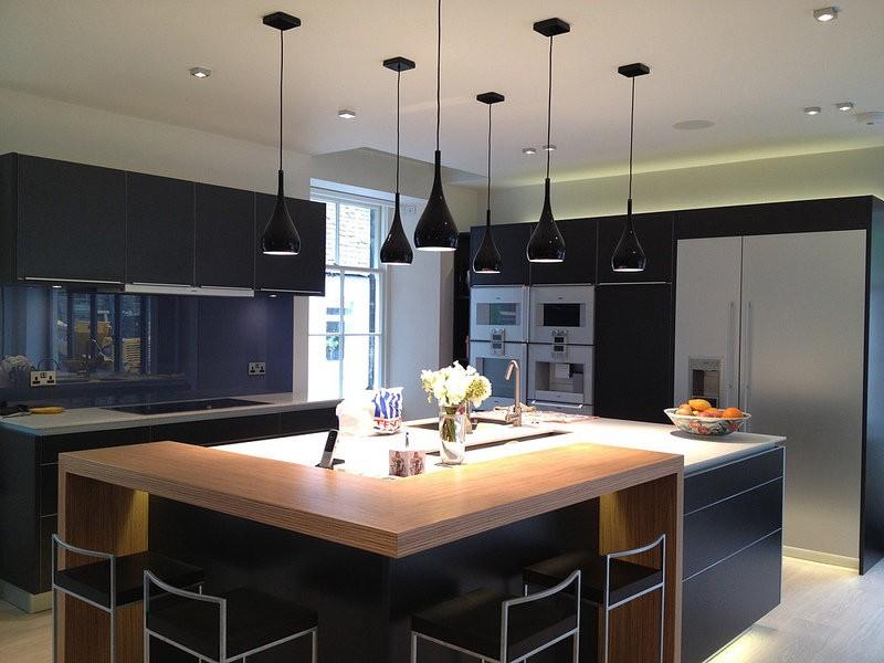 Черные плафоны потолочных светильников на кухне с островом