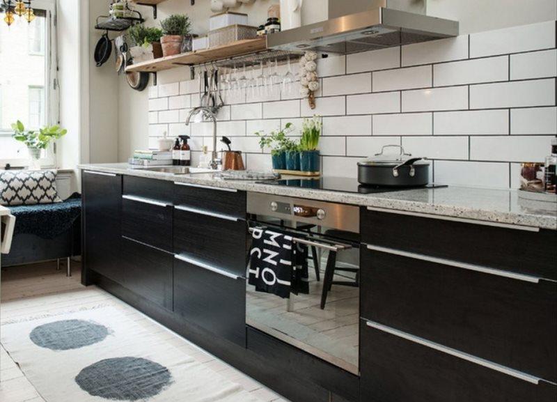 Встроенная духовка из нержавейки в черном гарнитуре