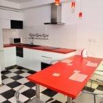 Черный и белый для гарнитура и красный для столешницы на кухне