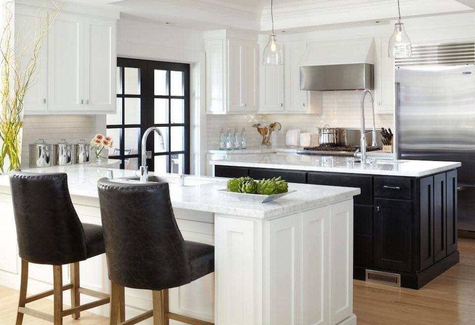 Два кухонных острова черного и белого цветов